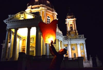 Il lancio delle lanterne cinesi a Superga (ph. Riccardo Borelli - Il Carmagnolese)