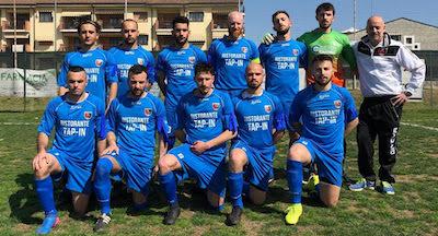 Prima squadra Us Salsasio con maglie azzurre per il mese dell' autismo