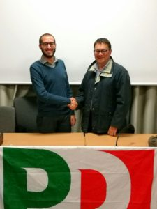 Il neo segretario Federico Tosco (a sinistra) stringe la mano al coordinatore uscente Paolo Sibona