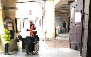 Spazzamento manuale in centro a Carmagnola