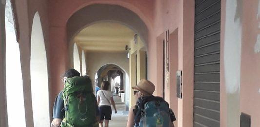 pellegrini sotto i portici di Carmagnola