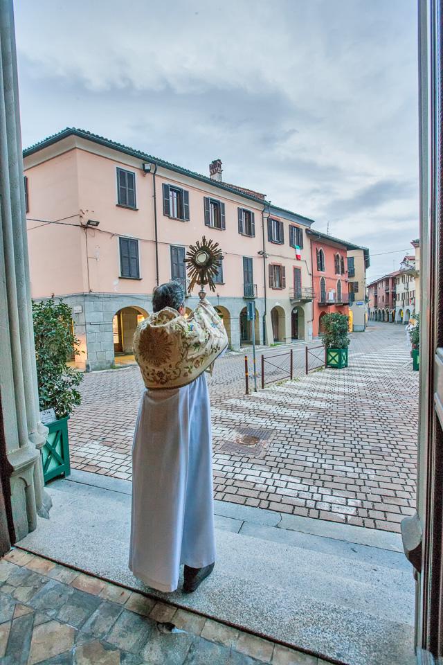 Don Dante esposizione Santissimo Sacramento Collegiata foto di Filiberto Alberto