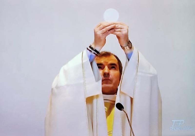Don Iosif Patrascan durante la messa trasmessa in diretta su Telecupole dalla Parrocchia di Salsasio di Carmagnola