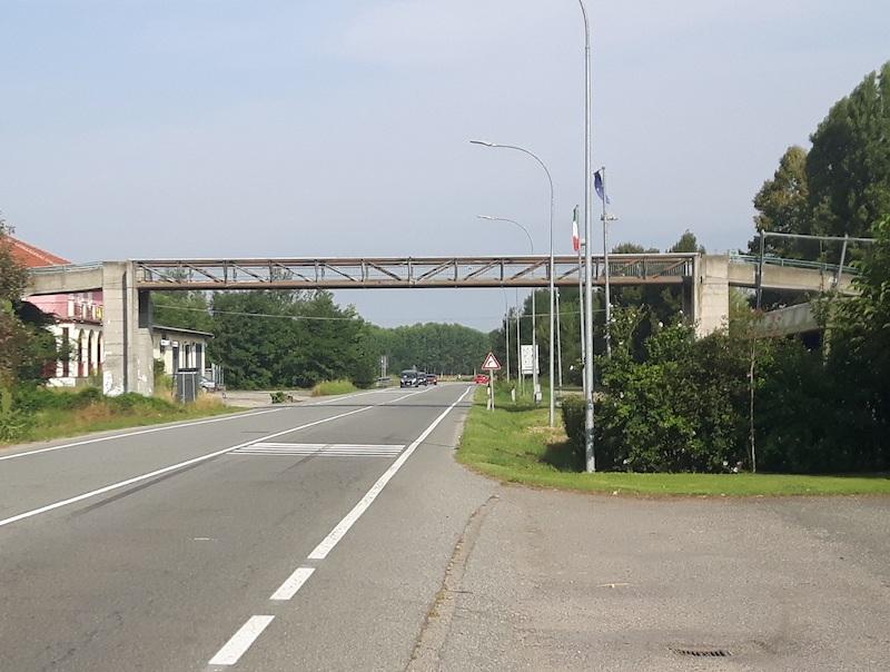 La passerella pedonale sulla Sp393 a Villastellone
